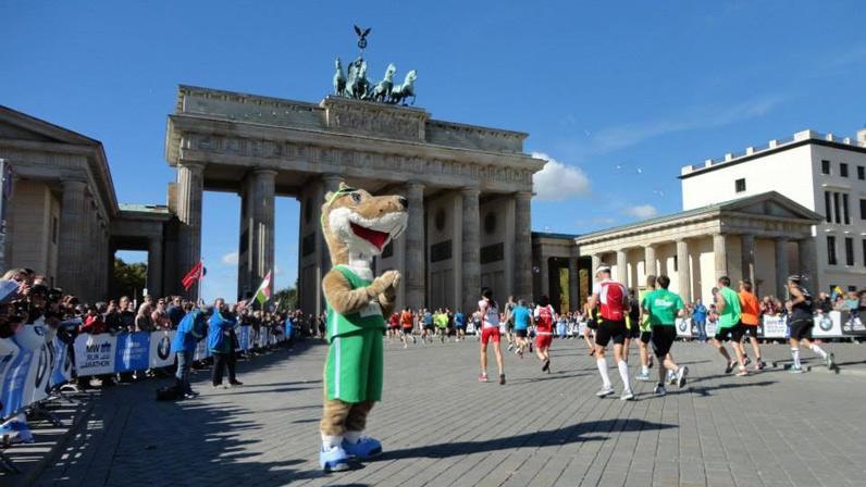 Brandenburger Tor und Maskottchen: Fahrt zum berlin Halbmarathon im April 2020